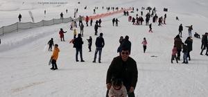 Çaldıran'da kar yağışı altında kar voleybolu Bir yandan kayak yaptılar, bir yanda da kar voleybolu oynadılar