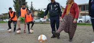 """'Altın Nine'nin futbol aşkı Adana'da amatör takımlarından Emekspor'un emektarı 79 yaşındaki Hanım Aral, her gün kulübün sahasını açıyor, antrenmana gelen çocukları maça hazırlıyor Hanım Aral, 6 yıldır mahallesinin takımı Emekspor ile yatıp kalkıyor Aynı zamanda kulübün onursal başkanı da olan ve """"Altın Nine"""" olarak tanınan Aral, çocukları da futbolu da çok sevdiğini söyledi"""
