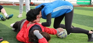 Güç, çeviklik ve cesaret bu kızların işi Sivas Cumhuriyet Üniversitesinde gözü kara kızlar, kurdukları rugby takımı ile güç, çeviklik ve cesaretlerini sergiliyor