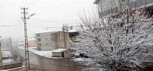Adana'nın merkezinde bahar, ilçesinde kış Şehir merkezinde bahar havası yaşanırken, Tufanbeyli ilçesine kar yağdı