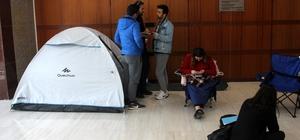 Tiyatro bileti alabilmek için çadır kurdu Adanalı tiyatroseverler, 21. Uluslararası Adana Tiyatro Festivali'nde gösterilecek oyunlara bilet alabilmek için geceden kuyruğa girdi Bir tiyatrosever de çadır kurup bilet alabilmek için beklemeye başladı