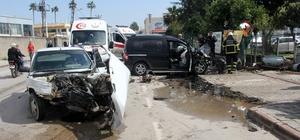 Adana'da otomobil ile hafif ticari araç kafa kafaya çarpıştı: 3 yaralı Kaza sonrası savrulan hafif ticari araç bir iş yerinin demir kapısı ve duvarına çarparak zarar verdi
