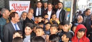 Çocuklar başkan adayı Seçer'den üst geçit istedi CHP Mersin Büyükşehir Belediye Başkan Adayı Vahap Seçer, Çay Mahallesi'nde vatandaşlarla buluştu, Zafer Çarşısı'nda esnafla buluştu