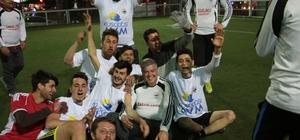 Fuat Akdoğan, gençlerle halı saha maçı yaptı