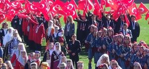 """Erdoğan Çanakkale'den dünyaya seslendi: """"Biz bin yıldır buradayız, inşallah kıyamete kadar da burada olacağız. İstanbul'u Konstantinopolis yapamayacaksınız"""" """"Münbiç'te, Fırat'ın Doğusu'nda yazacak tarihimiz var. Kudüs'ün mahremiyetine yönelik saldırılara karşı yazacak tarihimiz var. İsrail'in başındaki zatın oğlunun ifadeleriyle Yeni Zelanda'daki teröristin ifadeleri aynı. Aynı kaynaktan besleniyorlar. Dünyanın neresinde olursa olsun tüm mazlumlara tüm müslümanlara, Türklere karşı kalkacak ellere yazacak tarihimiz var"""" """"Çanakkale'den 104 yıl sonra bir kez daha sesleniyor ve diyoruz ki """"Mesajınızı aldık. Hislerinizi de niyetinizi de anladık. Kinininizin nefretinizin canlı olduğunu anladık"""" """"Yaşadığımız toprakları da, aldığımız nefesi de bize çok gördüğünüzü de anladık. Anadolu Yakası'ndan Avrupa Yakası'na geçemeyeceksiniz tehdidini, manifestosunda ifade edenin ne tür bir terörist olduğunu da anladık. Bu bireysel bir olay değildir. Örgütlüdür. Biz buradayız, biz Çanakkale'deyiz"""" """"Dedeleriniz geldiler burada olduğumuzu gördüler, sonra da kimi ayakları üzerinde, kimi tabutla döndüler. Şayet aynı niyetle gelecekseniz, sizi de bekleriz. Sizleri de  dedeniz gibi uğurlayacağımızdan hiç şüpheniz olmasın"""" """"Bu iş öyle masum insanların üzerine haince kurşun sıktığınız silahın kabzasına; boyayla isimler, tarihler yazmakla olmaz. Biz tarihi Çanakkale'de kanımızla yazdık""""."""