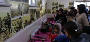 """""""Çanakkale Zaferi"""" sergisi Sivas'ta Çanakkale Zaferinin 104'üncü yıl dönümü dolayısı ile Reşat Şemsettin Sirer ilkokulunda """"Çanakkale Zaferi"""" konulu fotoğraf ve objeler sergisi açıldı."""