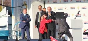 """Cumhurbaşkanı Erdoğan Kocaeli'de Erdoğan ağlayan Emirhan'ı sahneye davet etti Erdoğan, """"Kocaeli'den yine rekor bekliyorum"""""""
