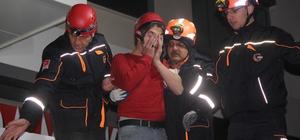 Asma tavanı çöken markette mahsur kalan iki kişi kurtarıldı Konya'da asma tavanı çöken markette mahsur kalan iki kuzen AFAD ve itfaiye ekiplerinin yaklaşık yarım saatlik çalışmasının ardından kurtarıldı