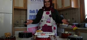 (Özel) Eğitim aldı, yaptığı pastalarla eşinin pastanesindeki maliyetleri yüzde 60 azalttı Evinde kurduğu imalathanede yaptığı pastalarla aile ekonomisine destek sağlıyor Ev yapımı pastalarla hem eşinin hem de müşterilerin yüzünü güldürdü