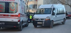 Minibüsün altında kalan yaşlı kadın yaralandı 112 Acil Sağlık ekipleri minibüsün altında kalan yaşlı kadını çıkardı