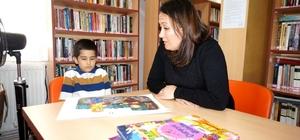 """Sarıgöllü anneden örnek davranış Manisa'nın Sarıgöl ilçesinde bir anne 6 yaşındaki oğluna kitap okuma alışkanlığı kazandırabilmek için bir yılda 219 hikaye kitabı okudu Anne Melek Kahraman: """"Anne ve babalar evlerinde kitap okusunlar, çocuklarına kitap sevgisi versinler"""""""