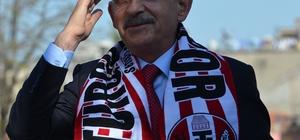 """Kılıçdaroğlu, ezan ile selayı karıştırdı CHP Genel Başkanı Kemal Kılıçdaroğlu: """"Emeklilikte yaşa takılanlara söylüyorum, biriniz ama biriniz gidip AK Parti'ye oy verirseniz benim iki elim iki yakanızda olur"""""""