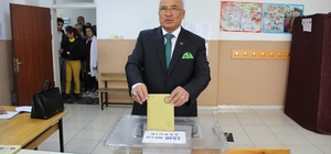 """Kocamaz: """"Demokrasimize hayırlı olsun"""" Mersin Büyükşehir Belediye Başkanı Kocamaz, eşi Hatice Kocamaz ile birlikte oyunu kullandı"""