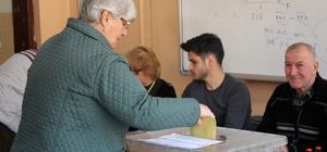 Kocaeli'de 1 milyon 24 bin 11 kişi sandığa gidiyor Kocaeli'de vatandaşlar oy kullanımı için sandıklara koşuyor 77 yaşındaki kadın koltuk değneği ile oyunu kullandı