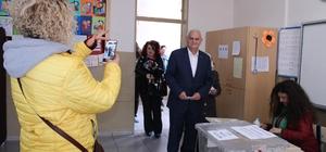 Herkes Binali Yıldırım zannetti: Benzeri meraklı bakışlar arasında oy kullandı Binali Yıldırım'ın benzeri Zekeriya Yetkin İzmir'de oy kullandı Sandık görevlileri ve vatandaşlar şaşkınlıklarını gizleyemedi