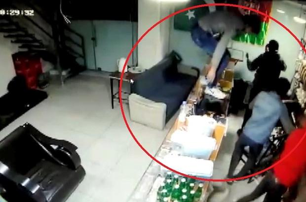 Kocaeli'de vatandaşları bıçaklayarak gasp eden 5 Afgan şüpheli yakalandı İş yeri sahiplerinin bıçaklanarak gasp edildiği anlar güvenlik kameralarına yansıdı