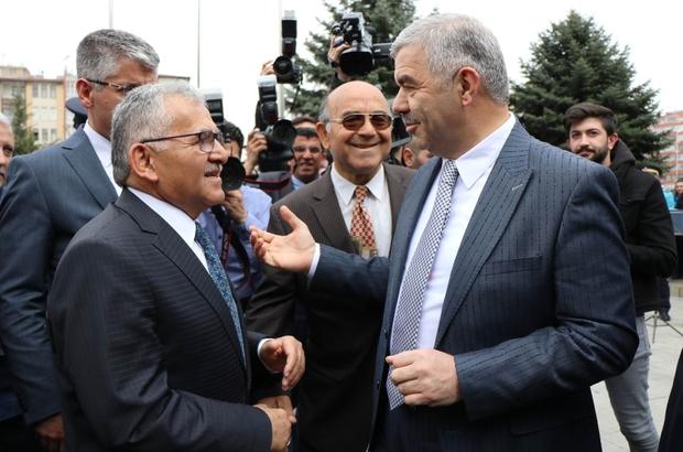 """Büyükkılıç önce mazbatayı ardından görevi teslim aldı Kayseri büyükşehir Belediye Başkanı Memduh Büyükkılıç: """"Üzerimize yüklenen yükün farkındayız"""""""
