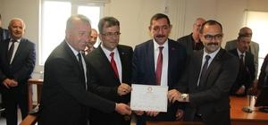 Tosya Belediye Başkanı seçilen Kavalıgil, mazbatasını aldı