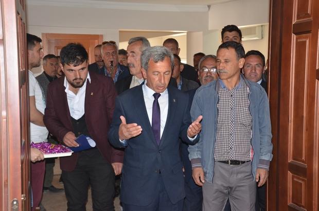 Günyüzü Belediye Başkanı Menderes Durgut mazbatasını aldı