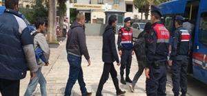 Mersin'de göçmen kaçakçılığı operasyonu Erdemli ilçesinde yasa dışı yollardan Kıbrıs'a kaçmaya çalıştıkları belirlenen 19 Suriyeli ile 3 göçmen kaçakçısı, jandarmanın düzenlediği operasyonla yakalandı