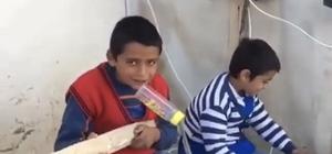 Miniklerin yaptığı müzik sosyal medyayı salladı Plastik kasalardan hoparlör, tahta parçalarından enstrüman yaptılar Afyonkarahisarlı çocuklardan 'Konyalım' türküsü
