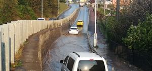 Kocaeli'de su baskınları Su baskınlarının olduğu yollarda araçlar ilerlemekte güçlük çekti
