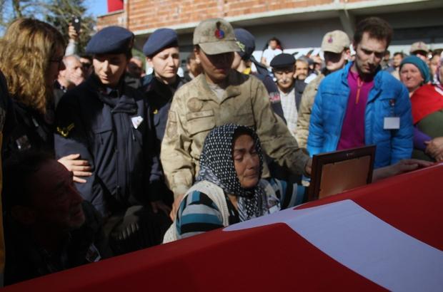 Giresun'da şehide son görev Tunceli'de görev yaptığı sırada silah arkadaşını kaza kurşunuyla şehit olan Uzman Onbaşı memleketi Giresun'da son yolculuğuna uğurlandı