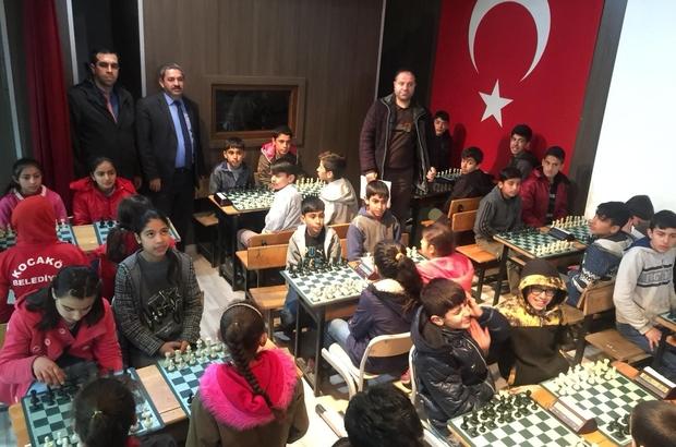 Küçük bedenlerin büyük başarısı Spor tesisi olmayan Diyarbakır'ın Kocaköy Tepecik Ortaokulu, hem futsalda hem de satrançta önemli bir başarıya imza attı Futsalda il birincisi olan Tepecik Ortaokulu, satrançta ise Diyarbakır üçüncüsü oldu