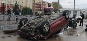 Tramvay yoluna giren otomobil, bariyerlere çarparak takla attı: 1 yaralı