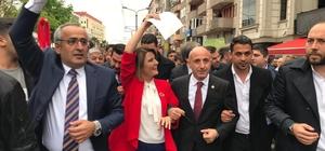 """İzmit Belediye Başkanı Hürriyet, mazbatasını aldı Yüzlerce vatandaş, mazbatasını alan başkan ile belediye binasına yürüdü İzmit Belediye Başkanı Fatma Kaplan Hürriyet: """"Bana verdiğiniz destekle, güvenle bugün buradayız"""""""