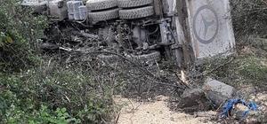 Yoldan çıkan kamyon şarampole yuvarlandı: 1 yaralı
