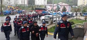 Trabzon'da jandarmadan uyuşturucu tacirlerine şafak baskını Trabzon'un Sürmene ve Köprübaşı ilçelerinde 22 adrese eş zamanlı düzenlenen baskınlarda 76 yaşındaki bir şahsın da aralarında bulunduğu 14 kişi gözaltına alındı