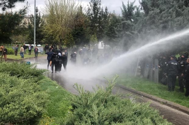 """Diyarbakır'da izinsiz gösteriye polis müdahalesi """"Kayyum ve tecride hayır"""" bahanesiyle açıklama ve yürüyüş yapmak isteyen HDP'lilere polis izin vermedi Kalabalık içinde bulunan HDP milletvekili düşerek fenalık geçirdi"""