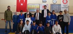 Judo eğitimi alan çocuklara malzeme sürprizi