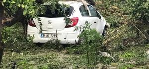 Hatay'da sağanak yağış nedeniyle cadde ve sokaklar göle döndü Sağanak yağış nedeniyle park halindeki araç sürüklendi