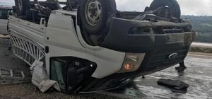 Kaygan yolda devrilen kamyonet ters döndü Araçtaki yolcu yaralandı, sürücü kazayı yara almadan atlattı