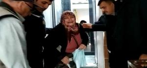 Asansörde mahsur kalan yaşlı çifti itfaiye kurtardı