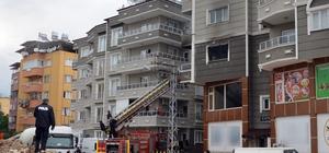 Yangında mahsur kalanları itfaiye kurtardı Hatay'da 5 katlı binada çıkan yangında mahsur kalarak kurtarılan 4 kişiye oksijen takviyesi yapıldı