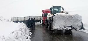 Karda kayan tır 3 bin rakımlı Katapet Geçidi'nde yolu kapattı