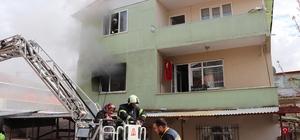 Elektrik sobasından çıkan yangında 4 kişilik aile son anda kurtuldu Yanan 2 katlı binada mahsur kalanları itfaiye ekipleri kurtardı Dumandan etkilenen 2'si çocuk 4 kişi hastaneye kaldırıldı Okuldan geldiği arkadaşları ile yanan evini dakikalarca izledi
