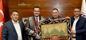 Başkan Kanar'a anlamlı hediye