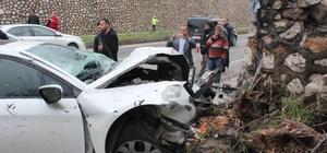 Hatay'da trafik kazası: 3 yaralı Yol kenarındaki kütüklere çarpan otomobilde bulunan 3 kişi ağır yaralandı