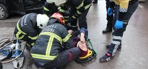 Otomobil ile tır kavşakta çarpıştı: 1'i çocuk 4 yaralı Kazada otomobil içerisinde sıkışan yaralıları itfaiye ekipleri kurtardı