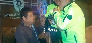 Polisin alkollü sürücüyle alkolmetre sınavı Yayalara çarpıp kaçan motosiklet sürücüsü 2,80 promil alkollü çıktı Ayakta bile durmakta zorlanan motosiklet sürücüsüne 4 bin 972 TL, motosiklet sahibine 2 bin 361 TL ceza uygulandı