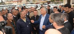 """Karalar'dan belediye çalışanlarına önemli mesaj Adana Büyükşehir Belediye Başkanı Zeydan Karalar, ASKİ Genel Müdürlüğü'nü ziyaret edip herkesin çok çalışması gerektiğini belirtti Karalar: """"İşimiz Adana'yı kaostan kurtarmak, birilerini kollamak değil"""" """"Derdi evine ekmek götürmek olan belediye çalışanıyla sorunumuz olmaz"""" """"Makam beklentisi içinde olan varsa, beni bunun için desteklemişse hayal kırıklığına uğrar"""" """"Bizim afişlerimizi söken, arabalarımıza PKK yazan kim olursa olsun, yola onlarla devam etmemiz mümkün değil"""""""