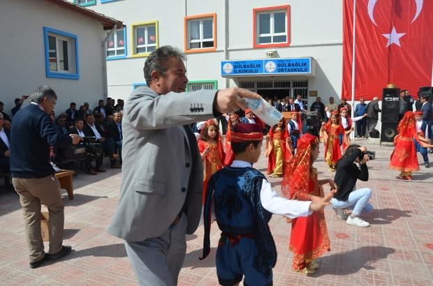 (Özel Haber) 23 Nisan okulun gelir kapısı oldu 23 Nisan'ı bağış yaparak kutladılar: Bir saatte 16 bin lira para toplandı Veliler okula yardımda bulunmak için birbiriyle yarıştı Gösteri yapan öğrencileri para yağmuruna tuttular Bu köyde 23 Nisanlar hala eskisi gibi