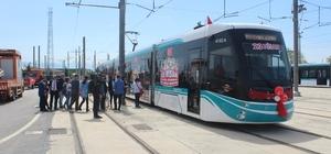 Bu tramvay çocuklar için sefere çıktı Çocuklar 23 Nisan Ulusal Egemenlik ve Çocuk Bayramı'nın coşkusunu tramvayda yaşadı