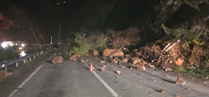 Giresun'da heyelan: Karayolu trafiğe kapandı