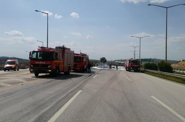 Gaziantep'te ayçiçek yağı yüklü tanker, kömür yüklü tıra çarptı. Kazada alev alan tankerin sürücüsü yanarak hayatını kaybetti. ile ilgili görsel sonucu