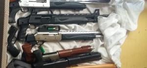 Ev değil cephanelik Adana polisi bir eve yaptığı operasyonda 8 ruhsatsız silah ele geçirdi